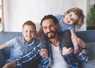 Mężczyzna, który zajmuje się synami