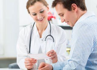 Mężczyzna u lekarza, androlog, badanie nasienia, test nasienia, niepłodność