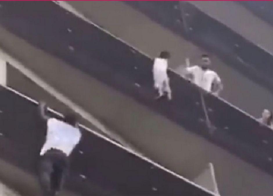 mężczyzna uratował dziecko zwisające z balkonu na 5. piętrze