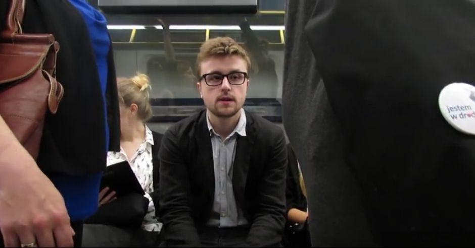 Mężczyzna zastanawia się czy kobiety w autobusie są w ciąży czy nie.
