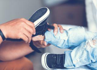 mierzenie i zakładanie bucików małemu dziecku