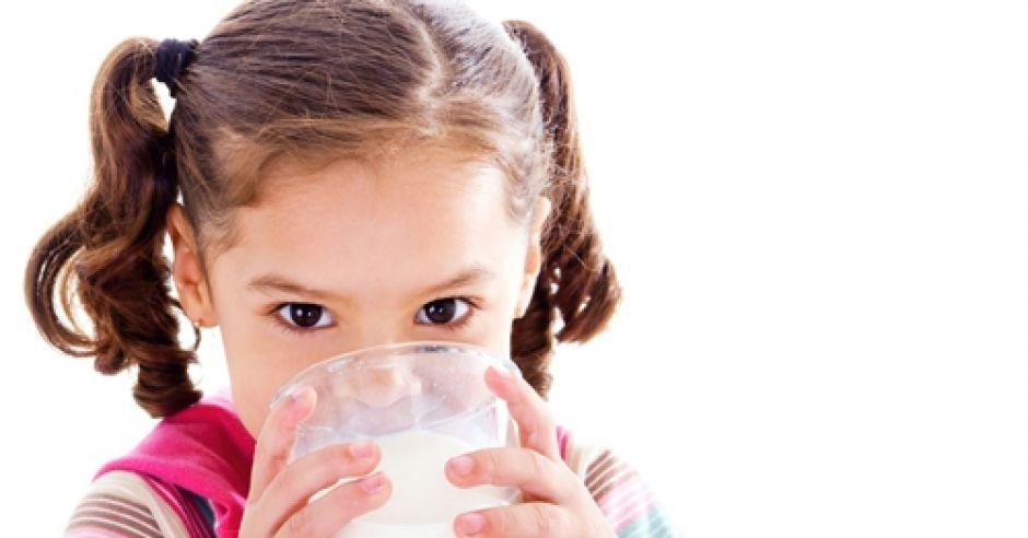 mleko dla dzieci, dziecko pije mleko, dieta dziecka, nabiał dla dzieci