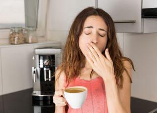 Młoda mama pije kawę po nieprzespanej nocy