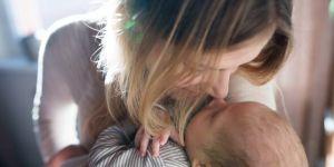Młoda mama trzyma dziecko w ramionach