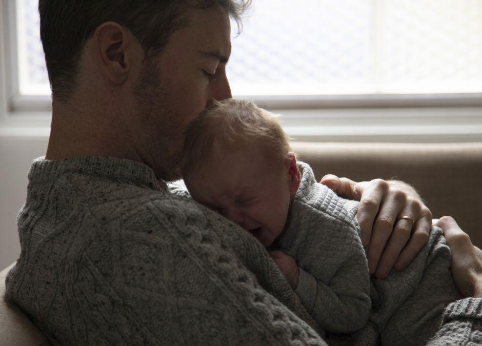 Młody mężczyzna, który opiekuje się wnuczką
