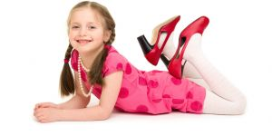 moda dziecięca, strojenie się dziewczynek