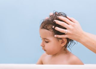 Mycie włosów dziecka