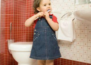 mycie zębów u dziecka, łazienka, szczoteczka do zębów