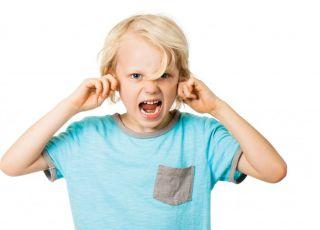 Nadpobudliwy chłopiec krzyczy