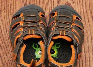 Naklejki w bucikach ułatwiają zakładanie ich na właściwą nogę