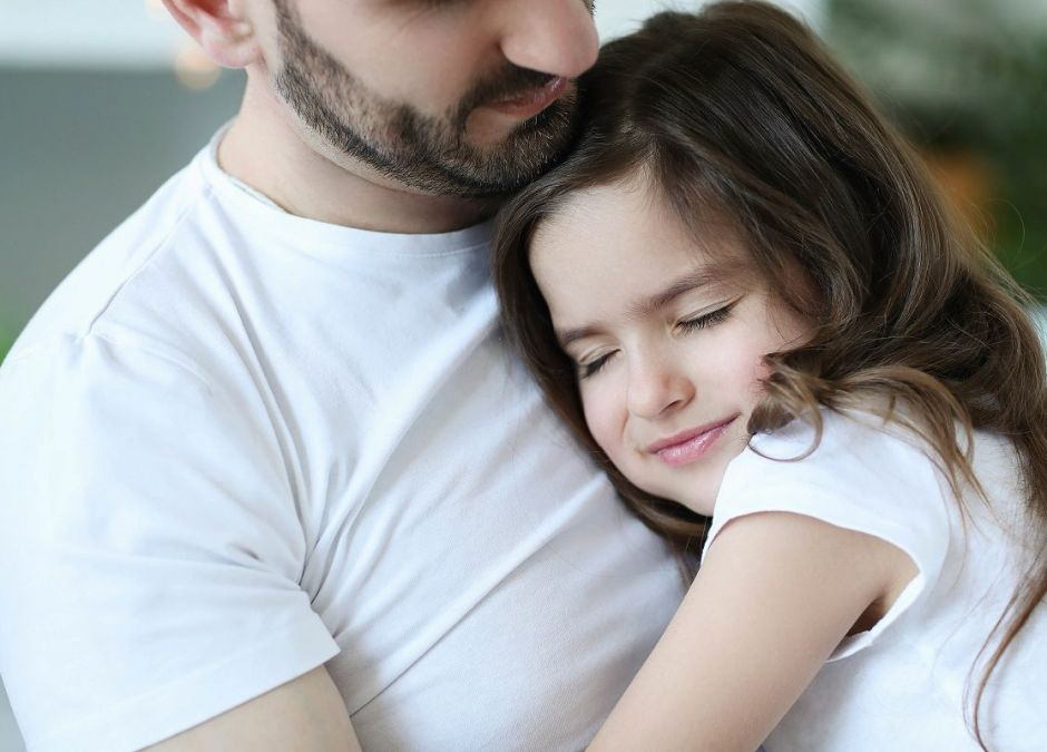 Картинка девочка обнимает папу