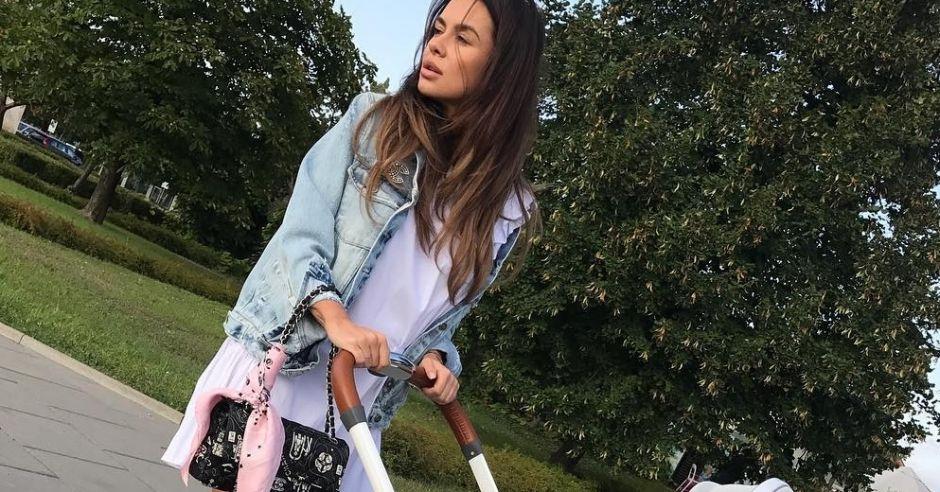 Natalia Siwiec na spacerze z córeczką