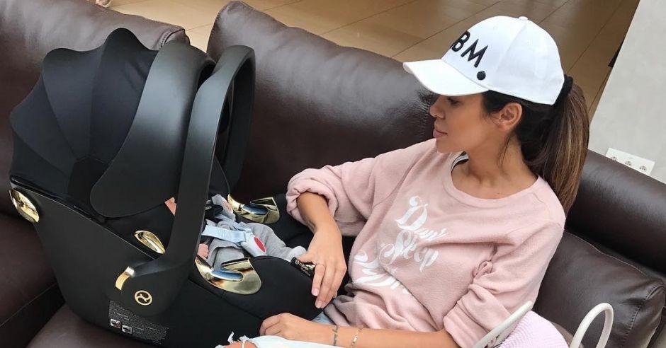 Natalia Siwiec z córką Mią w foteliku samochodowym