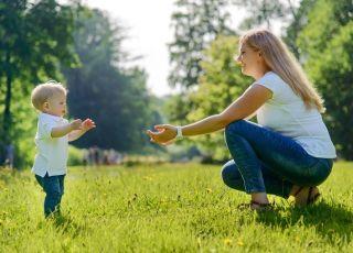 Najtrudniejszy pierwszy krok, czyli jak wspierać naukę chodzenia u dziecka