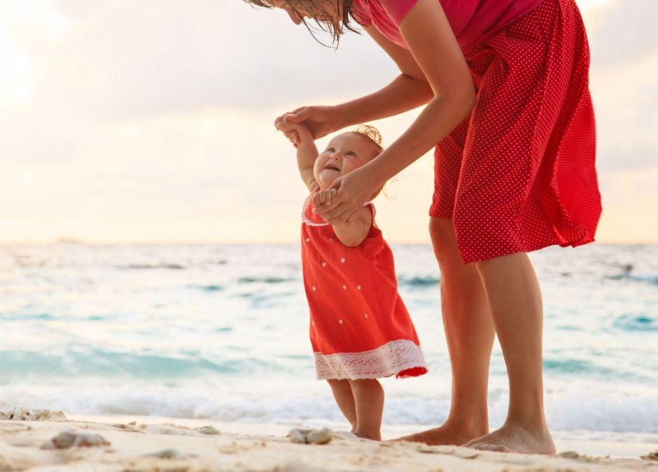 nauka chodzenia, dziecko, mama