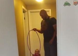 Nauka chodzenia: genialny trik młodego taty