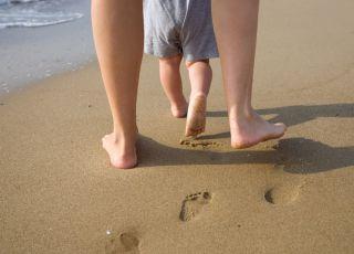 nauka chodzenia, pierwsze kroki dziecka, rozwój dziecka, rozwój niemowlaka