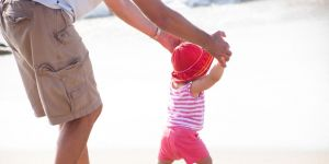 nauka chodzenia, pierwsze kroki, dziecko zaczyna chodzić, dziecko na plaży