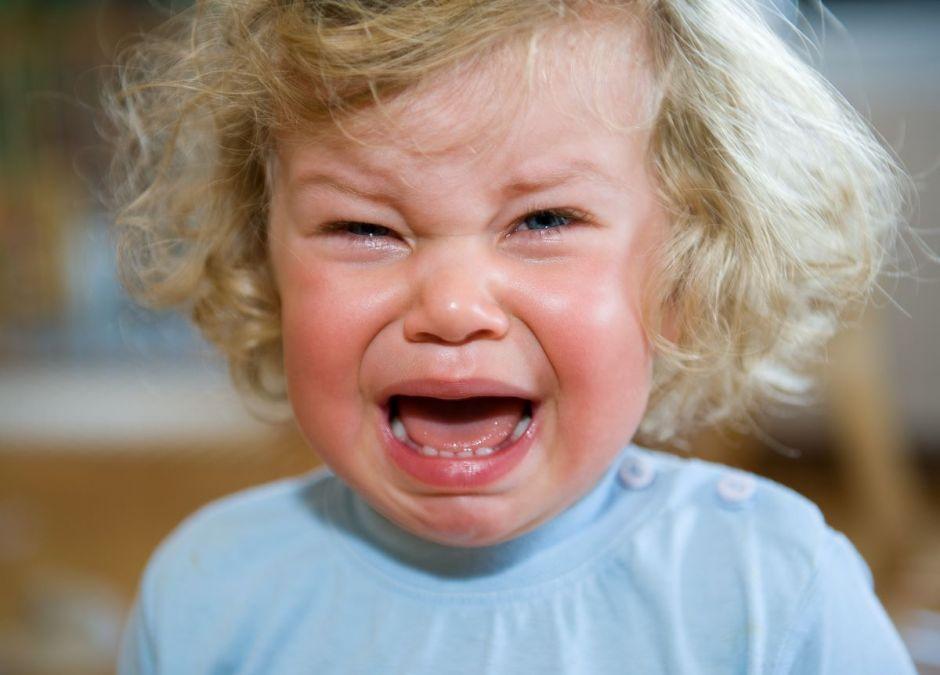 Niania wynosiła dziecko do innego pokoju, kiedy zaczynało płakać