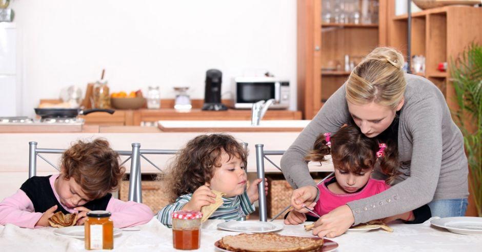 nie wyręczać dzieci przy jedzeniu