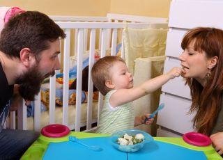 niemowlak karmi mamę