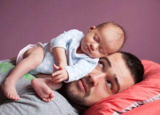 niemowlak śpi tacie na twarzy