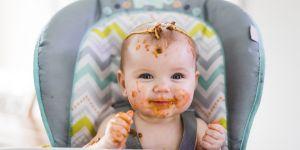 niemowlę 7 miesięczne je i ubrudziło się makaronem