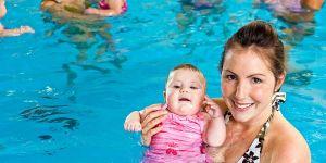 niemowlę, basen, mama