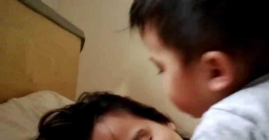 niemowlę budzące mamę