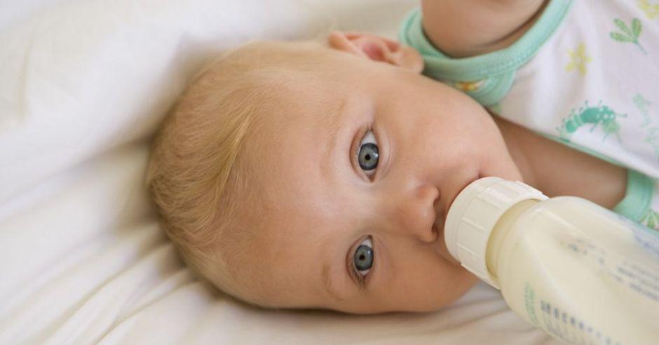 niemowlę, butelka, mleko, karmienie butelką, alergia, skaza białkowa