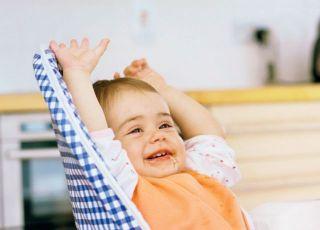 niemowlę, fotelik, kuchnia, karmienie, rozszerzanie diety, uśmiech