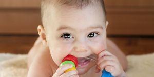 niemowlę gryzie gryzka