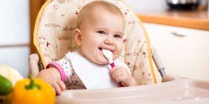 niemowlę je zupkę