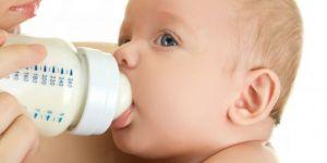 mleko modyfikowane, niemowlę, karmienie butelką, butelka, mama