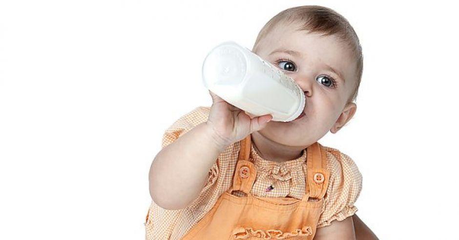 niemowlę, karmienie butelką, butelka, mleko