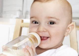niemowlę, karmienie butelką, mleko