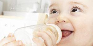 niemowlę, karmienie butelką, mleko, butelka, uśmiech
