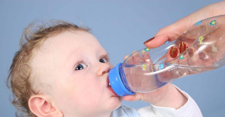 niemowlę, karmienie butelką, woda