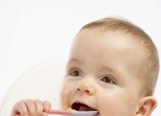 niemowlę, karmienie dziecka, dieta dziecka, łyżeczka, uśmiech