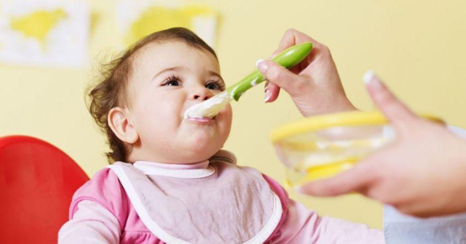 niemowlę, karmienie, łyżeczka, kaszka, kuchnia