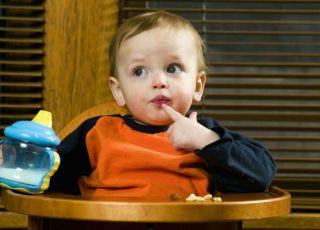 niemowlę, kubek niekapek, picie, fotelik