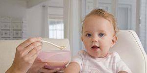 niemowlę, kuchnia, karmienie dziecka, kaszka, miseczka, łyżeczka