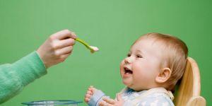 niemowlę, kuchnia, karmienie dziecka, miseczka, łyżeczka