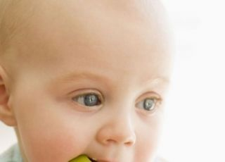 niemowlę, kuchnia, nauka jedzenia, jabłko, gryźć