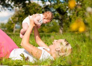 niemowlę, lato, mama z dzieckiem na łące