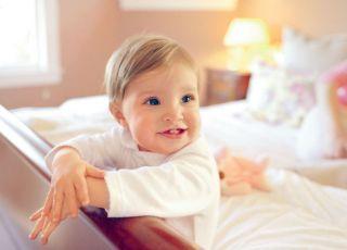 niemowlę, łóżko, uśmiech