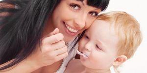 niemowlę, mama, jogurt