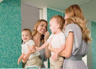 niemowlę, mama, łazienka, malować