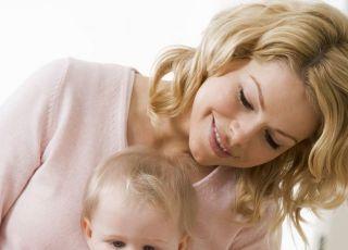 niemowlę, mama, pielęgnacja, obcinanie paznokci, higiena