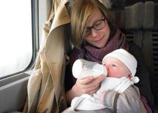 niemowlę, mama, podróż, samolot, karmienie butelką